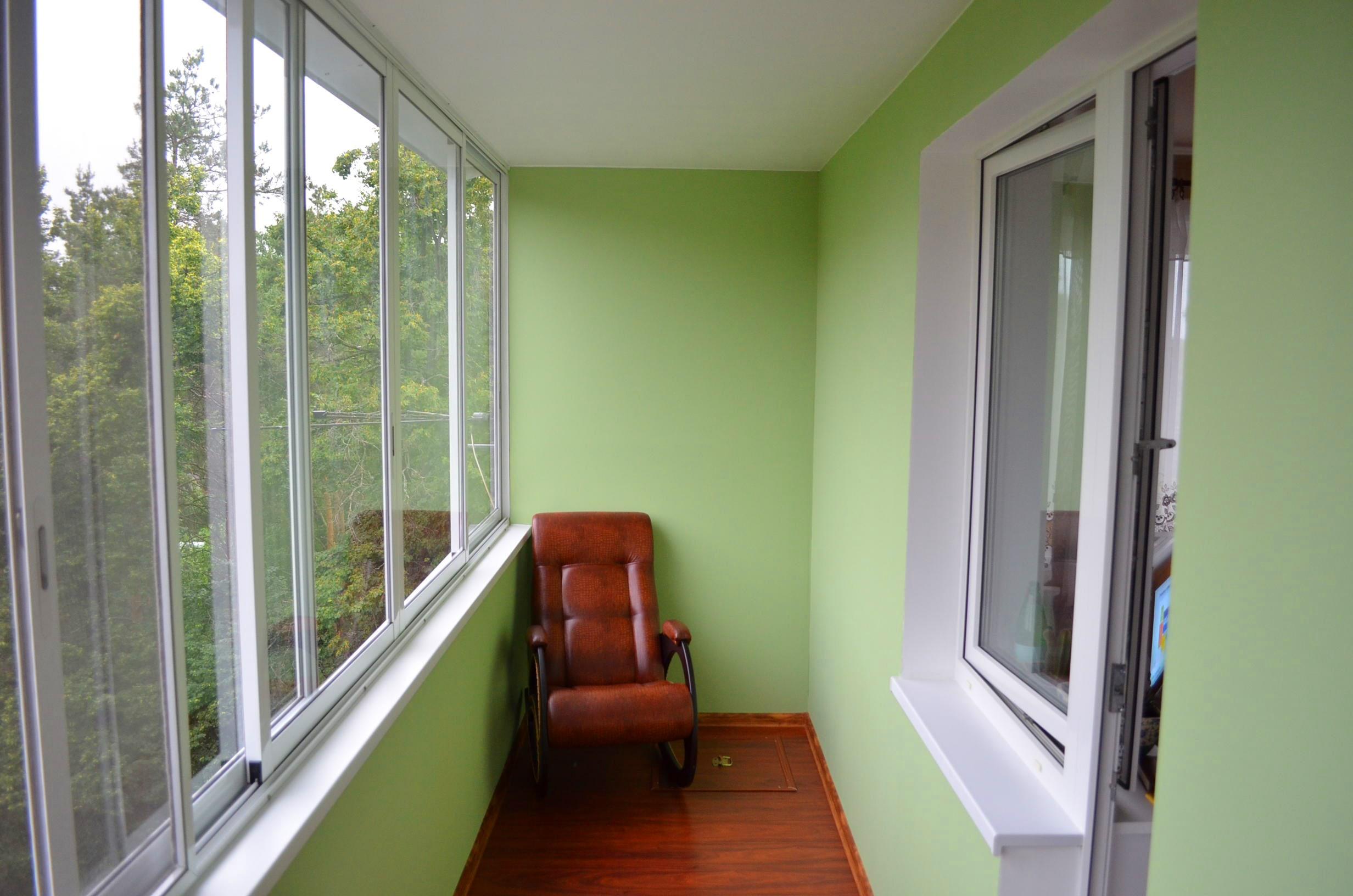 Гипсокартон на балконе с алюминиевым остеклением.
